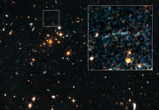 L'arc gravitationnel découvert autour de IDCS J1426 est très ténu. Crédit : Nasa/ESA