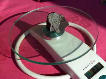 pesée de la météorite de Draveil. Crédit: DR