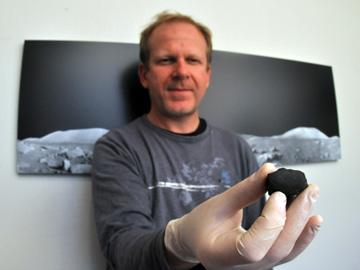 Luc Labenne tenant un fragment de la météorite martienne de juillet 2011. Crédit : JL. Dauvergne/Ciel et Espace Photos